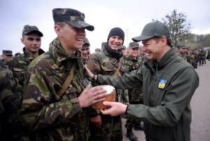 Ляшко поздравляет солдат
